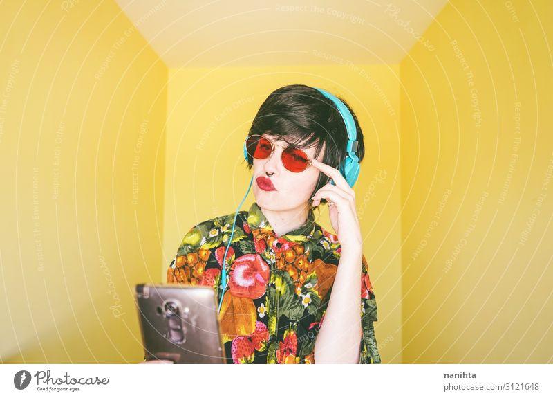 Coole junge androgyne DJ-Frau Lifestyle Stil Freude Haare & Frisuren Leben Musik Diskjockey Handy Headset Technik & Technologie Fortschritt Zukunft Internet