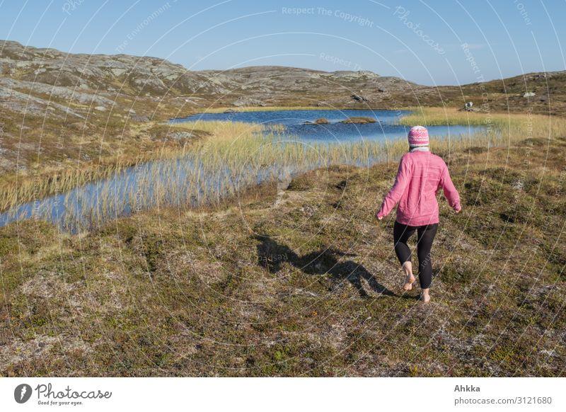 Barfuß im Fjell Ferien & Urlaub & Reisen Jugendliche Junge Frau blau Einsamkeit Ferne Berge u. Gebirge natürlich Wege & Pfade Bewegung Freiheit rosa Ausflug