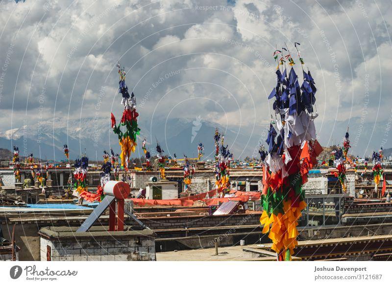 Ferien & Urlaub & Reisen Stadt Religion & Glaube Tourismus Kultur Altstadt Asien Stadtzentrum Sightseeing China Buddhismus Gebetsfahnen Tibet Lhasa