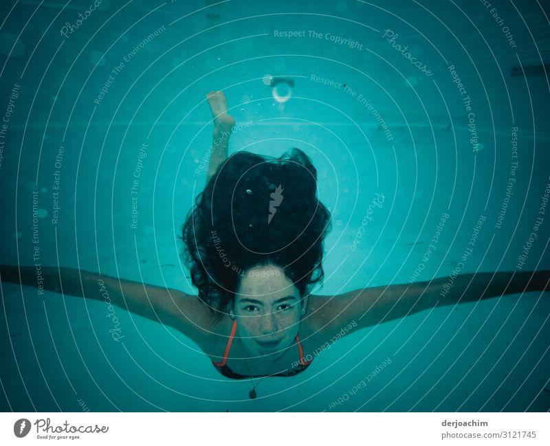 Meine Schwimmmaus unter Wasser. Sie schaut mit ausgebreiteten Armen zum Betrachter. Wassersport Schwimmen & Baden Schwimmbad feminin Junge Frau Jugendliche Kopf
