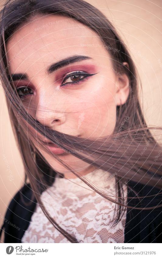 Modell mit Make-up, das auf die Kamera blickt, Wind im Haar kaufen Reichtum elegant Stil feminin Junge Frau Jugendliche 1 Mensch 18-30 Jahre Erwachsene