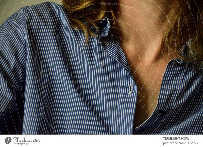 Fingerspitzengefühl | dezente Verführung Frau Erwachsene Haut Haare & Frisuren Hals Schulter Schlüsselbein 30-45 Jahre Hemd langhaarig Kommunizieren ästhetisch