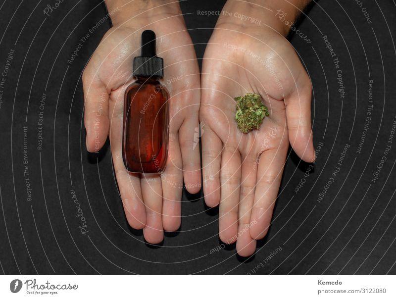 Hände, die Marihuana-Knospe und eine Flasche Cbd-Öl zeigen. Lebensmittel Kräuter & Gewürze Bioprodukte Getränk Alkohol Topf Lifestyle schön Körperpflege