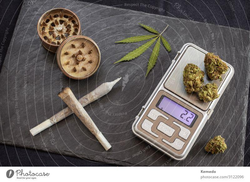 Marihuana Gelenke rauchbereit und digitale Waage zum Wiegen Topf elegant Freude Gesundheitswesen Behandlung Alternativmedizin Rauchen Rauschmittel Medikament
