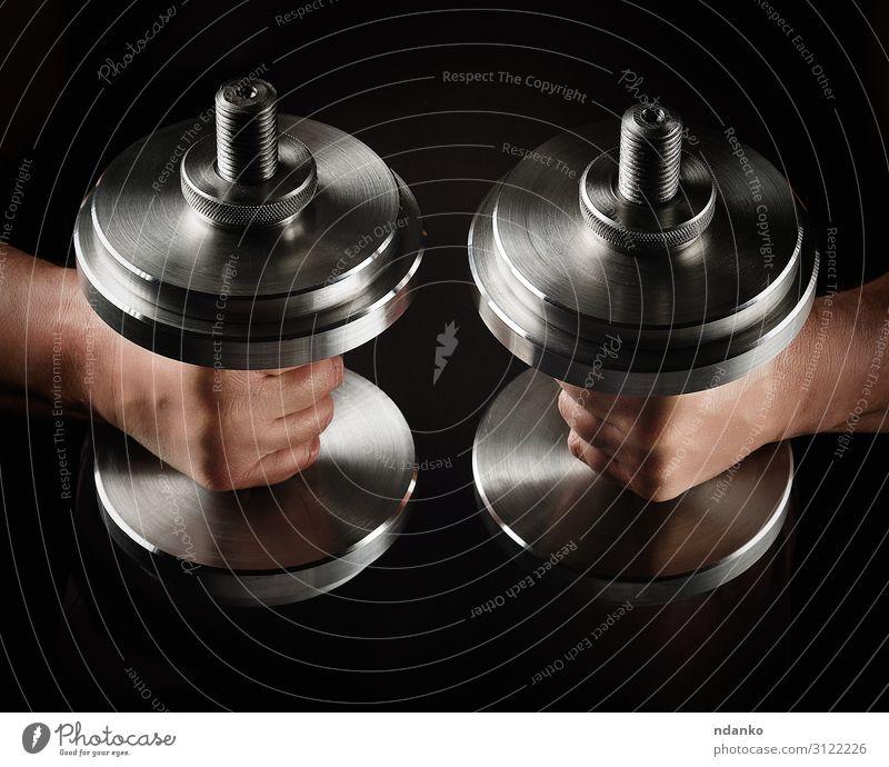 zwei Stahlsatzhanteln in männlichen Händen Lifestyle Sport Sportler Hand Metall Fitness muskulös schwarz Kraft Kurzhantel Sporthalle Gewichte Bodybuilding
