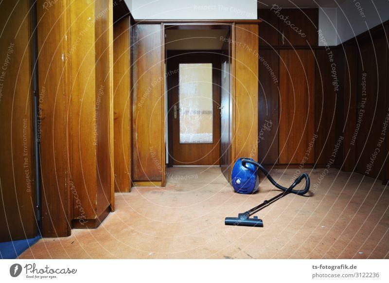 Melde Genossen: Stasi Zentrale perfectly vacuum-cleaned! Staubsauger Hotel Flur Mauer Wand Tür Holzvertäfelung Glastür alt bedrohlich dunkel gruselig hässlich