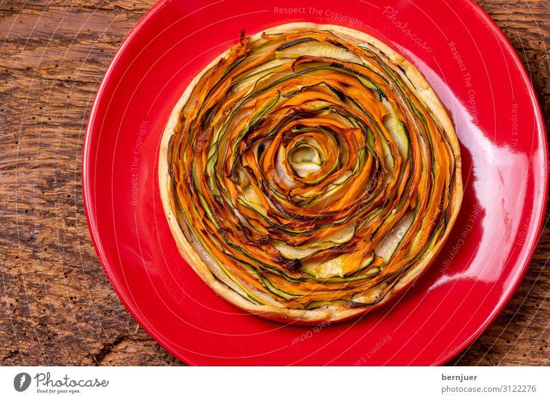 Kuchen mit Karotten und Zucchini Joghurt Gemüse Brot Ernährung Mittagessen Abendessen Vegetarische Ernährung Teller Papier Holz rund grün Quiche Schiffsplanken