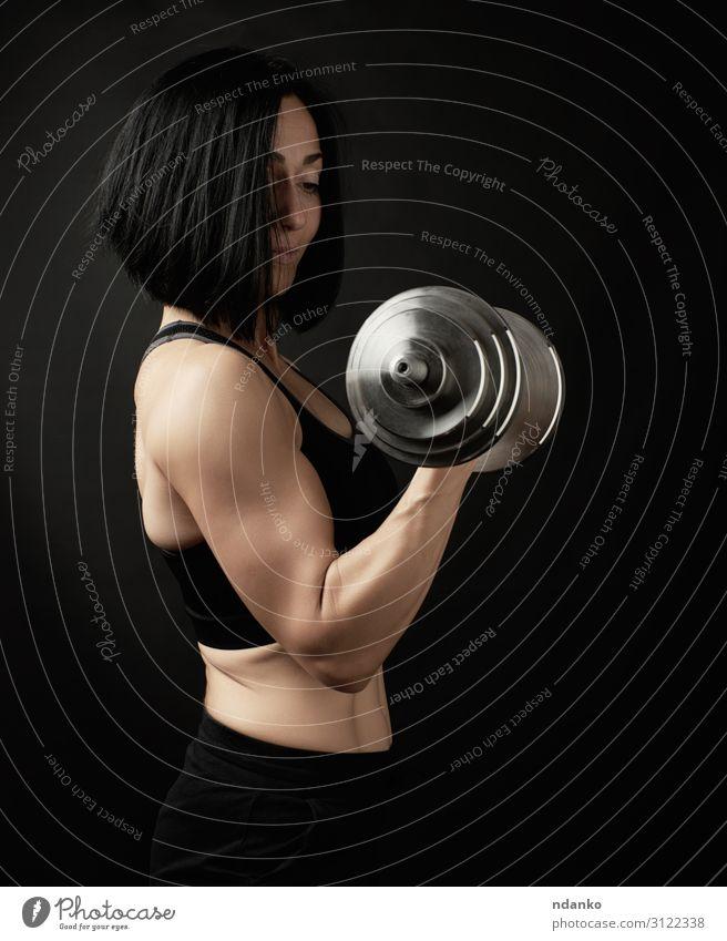 junge Frau hält Stahlsatz-Hanteln in der Hand. Lifestyle Körper sportlich Fitness Sport Mensch Erwachsene dünn muskulös stark schwarz Kraft Energie Unterleib