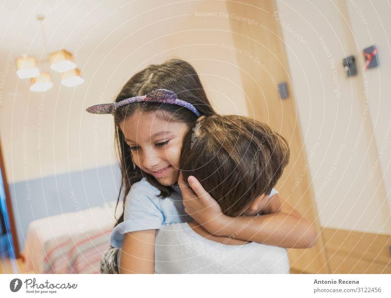 Brüder, die sich im Schlafzimmer ihres Hauses umarmen. Lifestyle Wohnung Kind Junge Schwester Familie & Verwandtschaft Kindheit Lächeln Liebe Umarmen