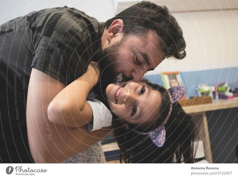 Vater umarmt und küsst die Tochter in der Alltagsszene. Glück Wohnung Schlafzimmer Mann Erwachsene Familie & Verwandtschaft Küssen Lächeln lachen Liebe Umarmen