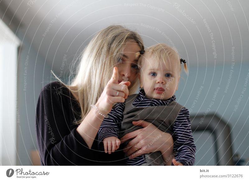 Verloren l da drüben liegt es. Spielen Mensch feminin Kind Kleinkind Mädchen Junge Frau Jugendliche Mutter Erwachsene Familie & Verwandtschaft Kindheit