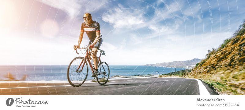 Mature Adult auf einem Rennrad Klettern den Hügel am Mittelmeer Landschaft Küstenstraße Ferien & Urlaub & Reisen Sommer Strand Sport Mensch Natur Verkehrsmittel