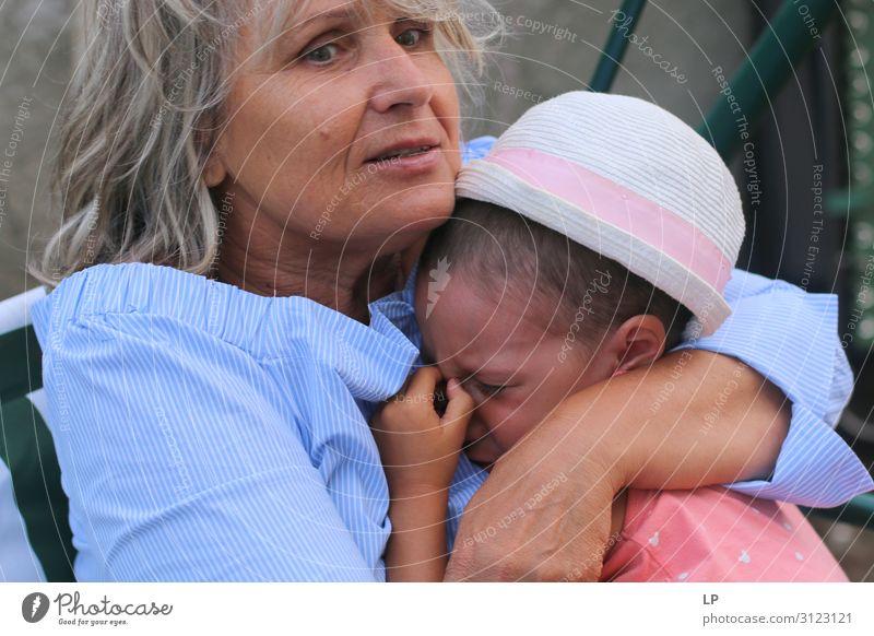 Frau Kind Mensch Erwachsene Leben Religion & Glaube Senior feminin Gefühle Familie & Verwandtschaft Stimmung Angst Kindheit gefährlich Weiblicher Senior Schutz