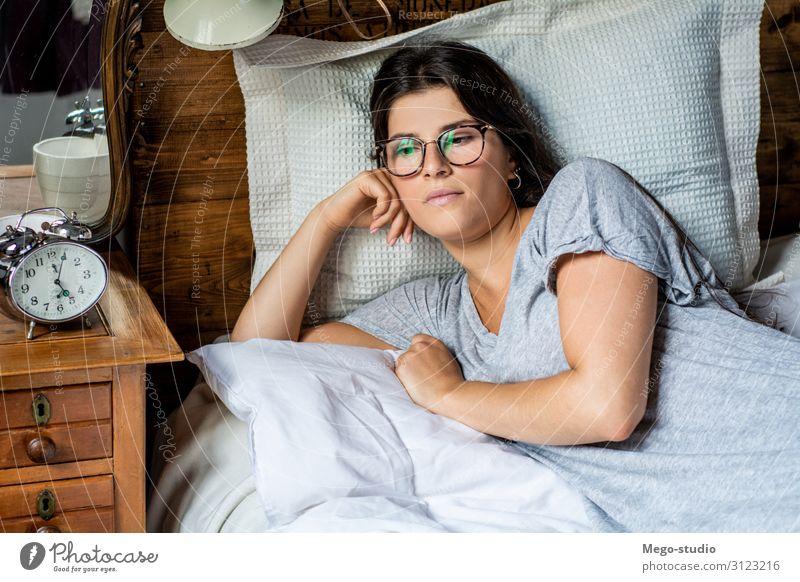 junge Frau im Bett Lifestyle Glück schön Gesicht Erholung Freizeit & Hobby Schlafzimmer Mensch Erwachsene Lächeln schlafen träumen niedlich Gelassenheit