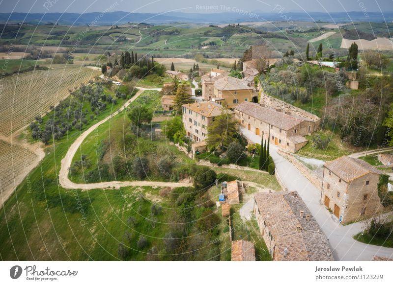 Die kleine Stadt Lucignano d'Asso, von oben aufgenommen, mit einer Drohne fliegend. Dröhnen lucignano Stein Gebäude niemand Dorf Italien Europa antik Haus