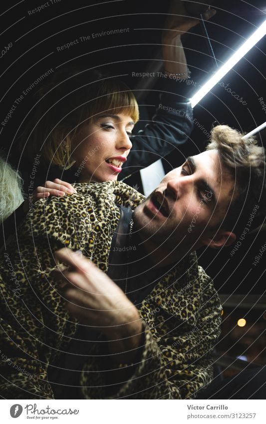 Ein junges tausendjähriges Paar von einer jungen Frau und einem Mann in der Stadt. Lifestyle kaufen Reichtum elegant Stil Design Mensch maskulin feminin
