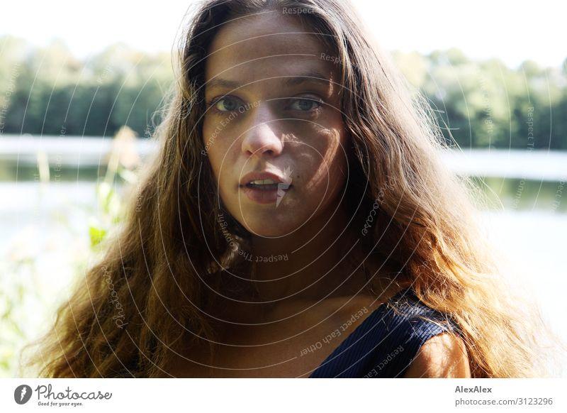 Portrait einer jungen Frau mit langen, brünetten Haaren an einem See im Sommer Stil schön Wellness Leben Ausflug Junge Frau Jugendliche 18-30 Jahre Erwachsene