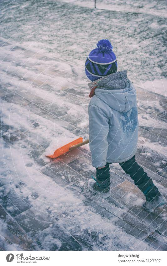Schneeschiebender Junge Haus Garten maskulin 1 Mensch 3-8 Jahre Kind Kindheit Winter Eis Frost Schneefall Jacke Stiefel Mütze Bewegung frieren gehen laufen blau