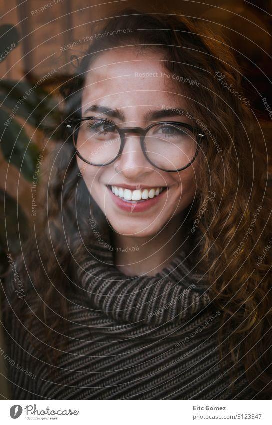 Warmes Herbstporträt einer jungen Frau, die lächelt. elegant Erntedankfest Silvester u. Neujahr feminin Junge Frau Jugendliche Mund Zähne 1 Mensch 18-30 Jahre