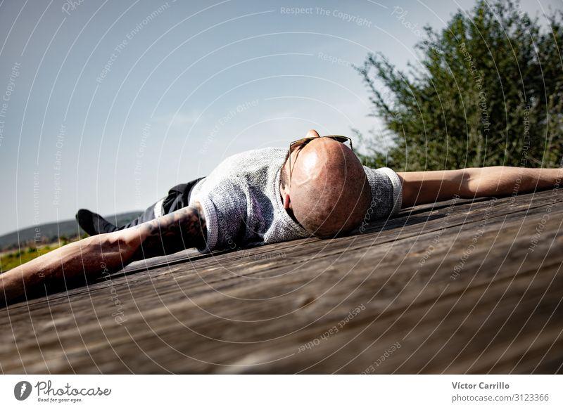 Ein junger Mann, der an einem sonnigen Tag Yoga praktiziert. Lifestyle Freude Glück schön Erholung Tourismus Sommer Strand Frau Erwachsene Freundschaft