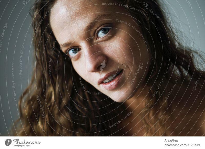 Portrait einer jungen Frau Jugendliche Junge Frau Stadt schön Freude 18-30 Jahre Gesicht Lifestyle Erwachsene natürlich feminin Stil außergewöhnlich