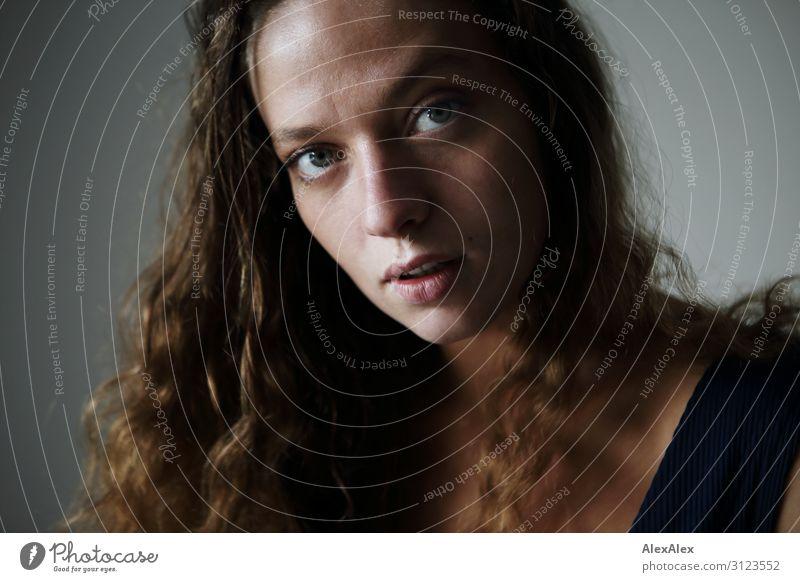 Portrait einer jungen Frau mit lockigen, brünetten Haaren Lifestyle Reichtum Stil Freude schön Sinnesorgane Junge Frau Jugendliche Haare & Frisuren Gesicht