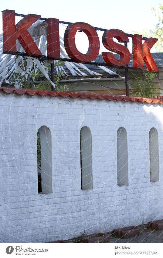 Kiosk Gebäude rot weiß Fenster Schriftzeichen Ladengeschäft Tabakwaren Süßwaren Süßwarengeschäft Imbiss Spirituosen Buden u. Stände Gastronomie