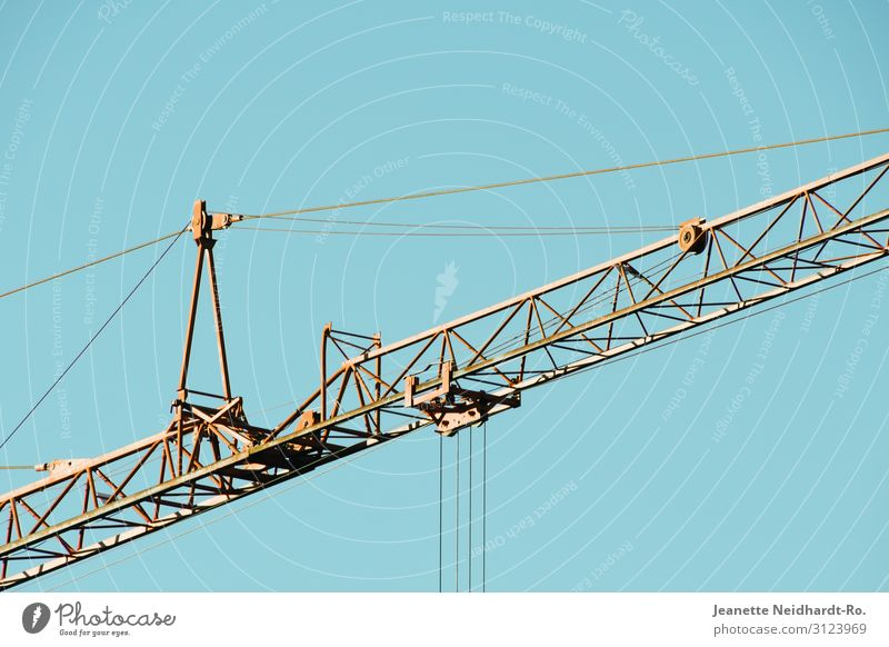Kranausleger Himmel blau Haus Architektur gelb Umwelt Gebäude Arbeit & Erwerbstätigkeit Metall Energiewirtschaft Industrie Baustelle Bauwerk Beruf Fabrik Stahl