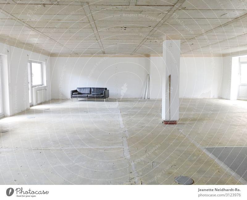 Raum mit Sofa Haus Traumhaus Hausbau Renovieren einrichten Innenarchitektur Möbel Handwerker Büro Baustelle Besen Hochhaus Gebäude Architektur Mauer Wand