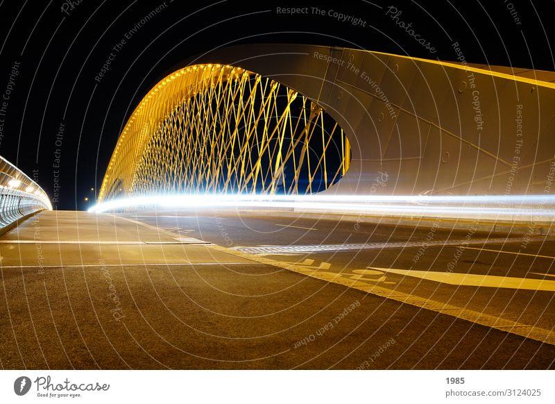 Brücke bei Nacht Prag Tschechien Menschenleer Bauwerk Architektur Sehenswürdigkeit Straßenverkehr gelb weiß geduldig ruhig Lichtstrahl Farbfoto Außenaufnahme