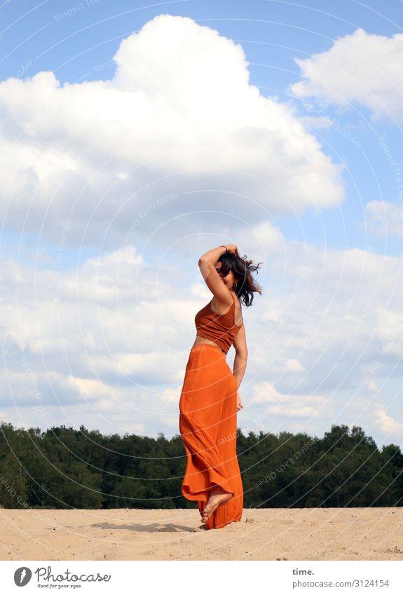 Estila feminin Frau Erwachsene 1 Mensch Umwelt Natur Landschaft Sand Himmel Wolken Schönes Wetter Wald Hose Top Barfuß brünett langhaarig Bewegung drehen