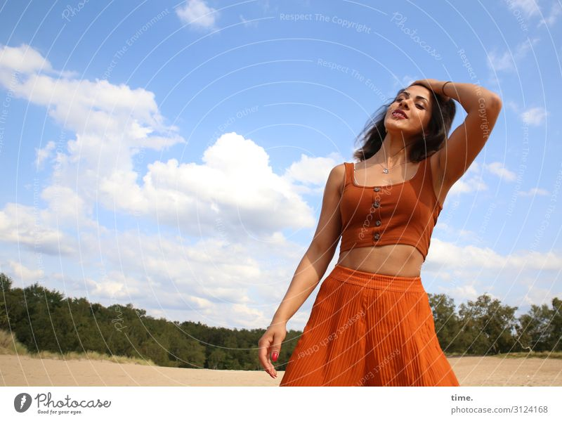 Estila feminin Frau Erwachsene 1 Mensch Umwelt Natur Landschaft Sand Himmel Wolken Horizont Wald Rock Top brünett langhaarig berühren Bewegung Erholung