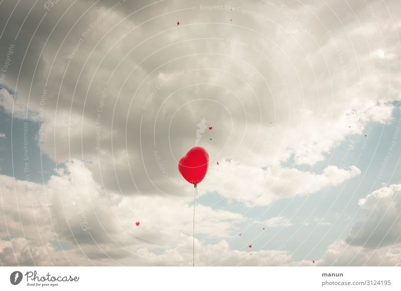 Fliegender Müll Freude Glück Feste & Feiern Hochzeit Umwelt Himmel Wolken Luftballon Zeichen Herz fliegen frei Fröhlichkeit bedrohlich Umweltverschmutzung