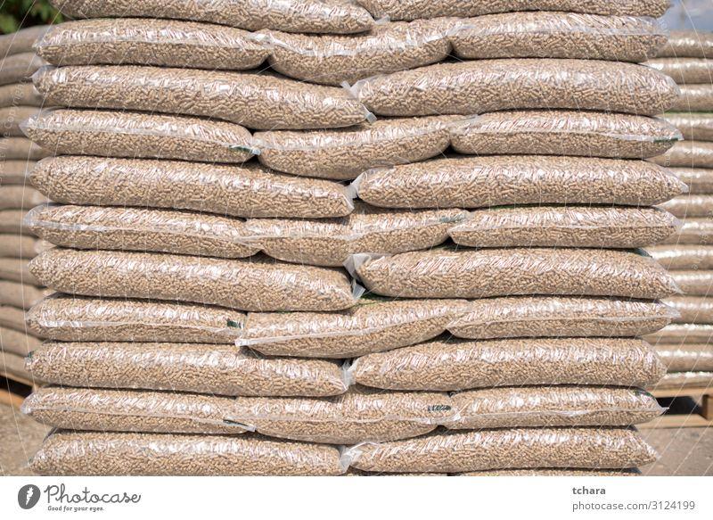Stapel von Plastiktüten voll mit Holzpellets Winter Wirtschaft Industrie Menschenmenge Umwelt Natur Kunststoff braun grün Energie Nutzholz kompakt Kaminholz