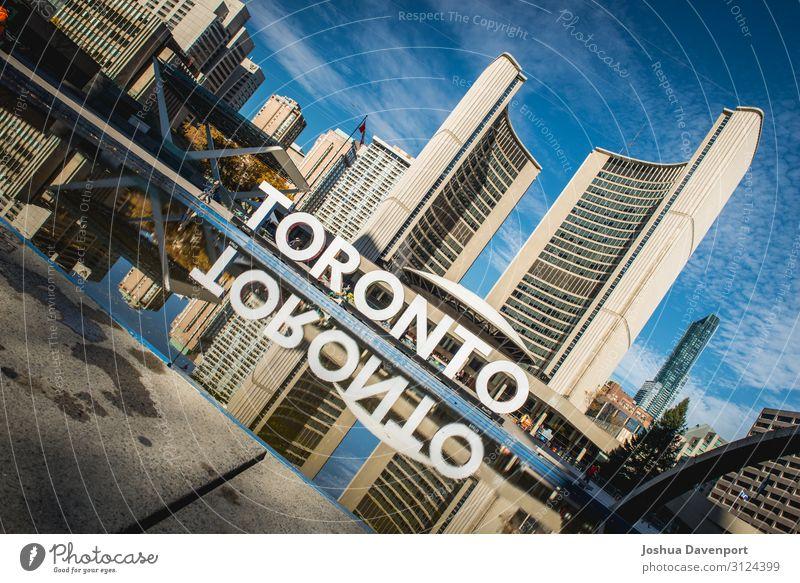 Nathan Phillips Square Bauwerk Gebäude Architektur Sehenswürdigkeit Stadt Kanada kanadische Stadt kanadisches Wahrzeichen Großstadt Stadtarchitektur