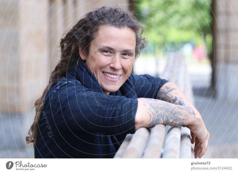 Just be happy | AST 10 Chemnitz Junge Frau Jugendliche Erwachsene Leben Mensch 30-45 Jahre Stadt Tattoo langhaarig Locken Rastalocken Punk Lächeln lachen