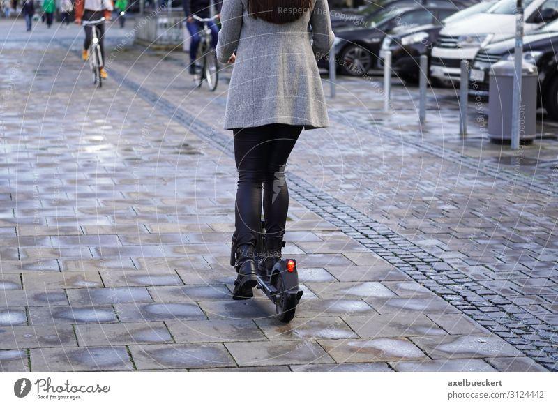 E-Scooter Radfahrer und Fußgänger Frau Mensch Jugendliche Mann Junge Frau Stadt Junger Mann Straße Lifestyle Erwachsene Menschengruppe Freizeit & Hobby Verkehr