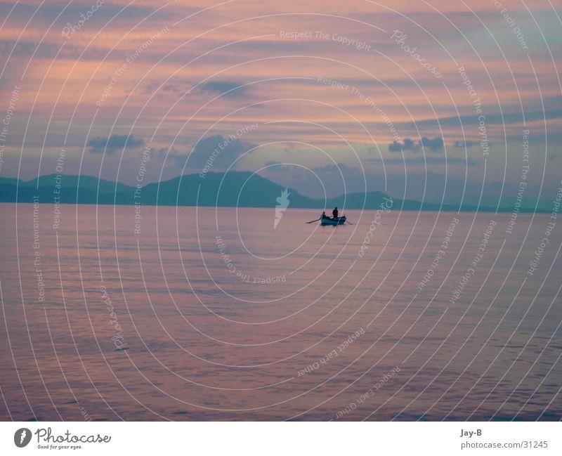 Korfu Sundown Sonnenuntergang Farbenspiel Wasserfahrzeug Fischer Fischerboot Romantik Wolken Meer Griechenland Berge u. Gebirge Schleierwolken