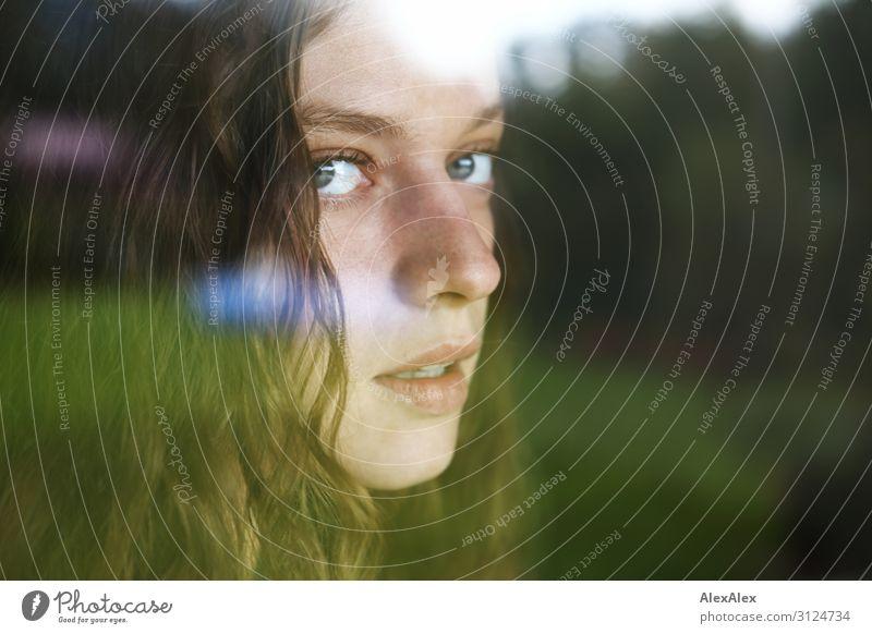 Portrait einer jungen Frau hinter einer Fensterscheibe Lifestyle Stil schön Leben Junge Frau Jugendliche 18-30 Jahre Erwachsene Landschaft Schönes Wetter Garten