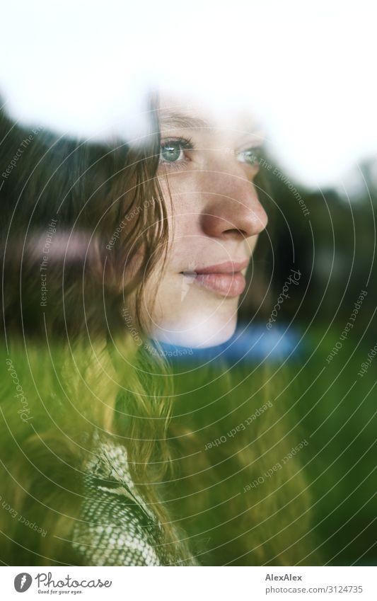 Portrait einer jungen Frau hinter einer Fensterscheibe Lifestyle Stil schön Wohlgefühl Junge Frau Jugendliche 18-30 Jahre Erwachsene Landschaft Schönes Wetter