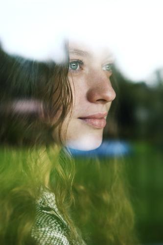 Portrait einer jungen Frau hinter einer Fensterscheibe Jugendliche Junge Frau Stadt schön Landschaft 18-30 Jahre Lifestyle Erwachsene natürlich feminin Stil