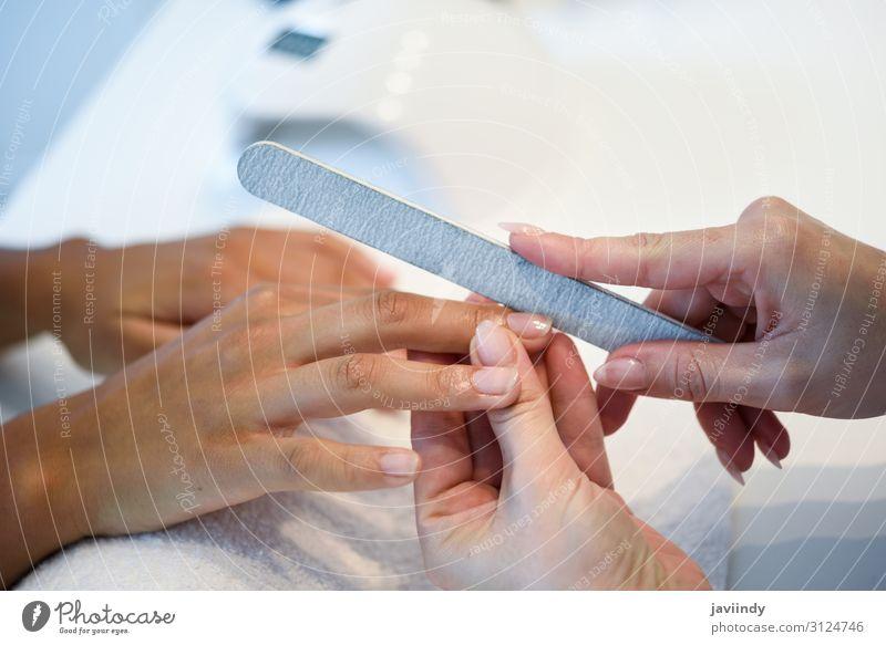 Frau in einem Nagelsalon, die eine Maniküre mit Nagelfeile erhält. schön Haut Behandlung Wellness Spa Mensch feminin Erwachsene Hand Finger 2 18-30 Jahre