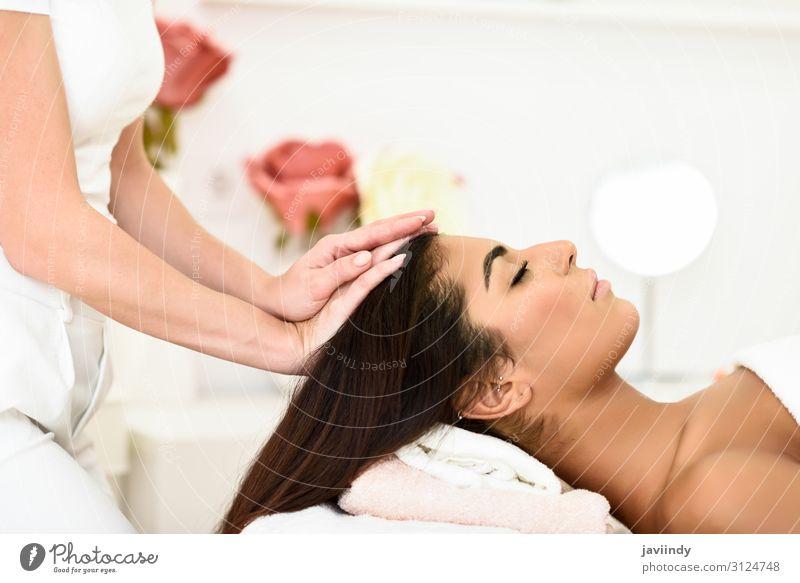 Frau erhält Kopfmassage im Spa-Wellnesszentrum. Lifestyle Glück schön Körper Haut Gesicht Gesundheitswesen Behandlung Erholung Massage Mensch feminin Junge Frau