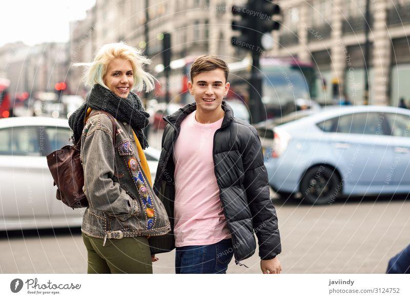 Ein glückliches Freundespaar genießt die Aussicht während einer Reise in London. Lifestyle Freude Glück schön Ferien & Urlaub & Reisen Tourismus Sightseeing