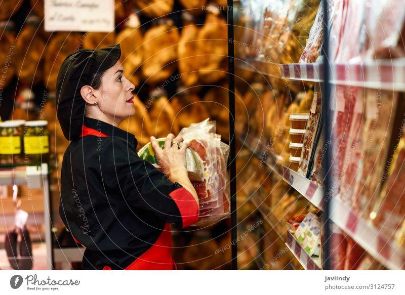 Porträt einer Arbeitnehmerin, die Produkte in der Metzgerei bezieht. Lebensmittel Fleisch Käse kaufen Arbeit & Erwerbstätigkeit Beruf Business Mensch feminin