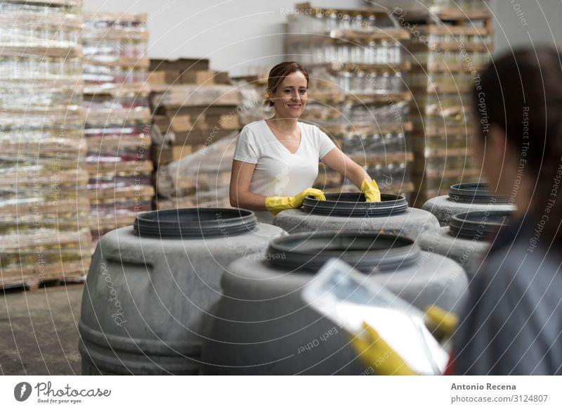Frau schaut Tablette in Oliven Lager Fabrik Kontrolle Früchte Gärung Frucht Arbeit & Erwerbstätigkeit Arbeitsplatz Industrie Business Mensch Erwachsene