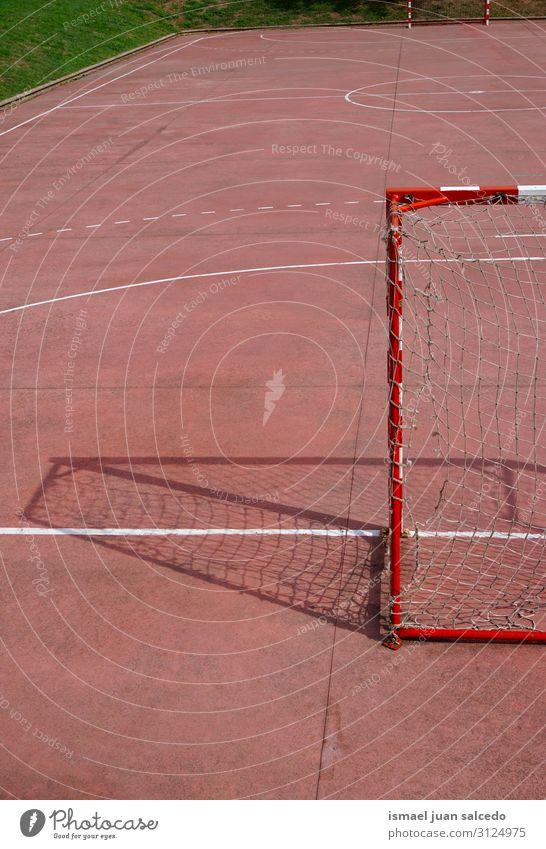 alte Fußballtorsportgeräte auf der Straße Spielfeld Gerichtsgebäude rot Netz Tennisnetz Internet Seil Sport Sportgerät Spielen Verlassen Park Spielplatz
