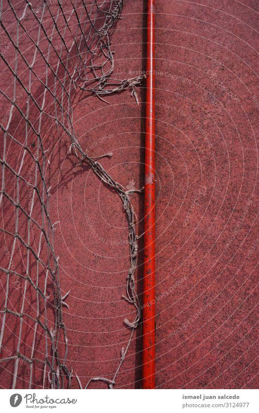 alte verlassene Fußballtorsportausrüstung Spielfeld Gerichtsgebäude rot Tennisnetz Internet Seil Sport Sportgerät Spielen aussetzen Straße Park Spielplatz