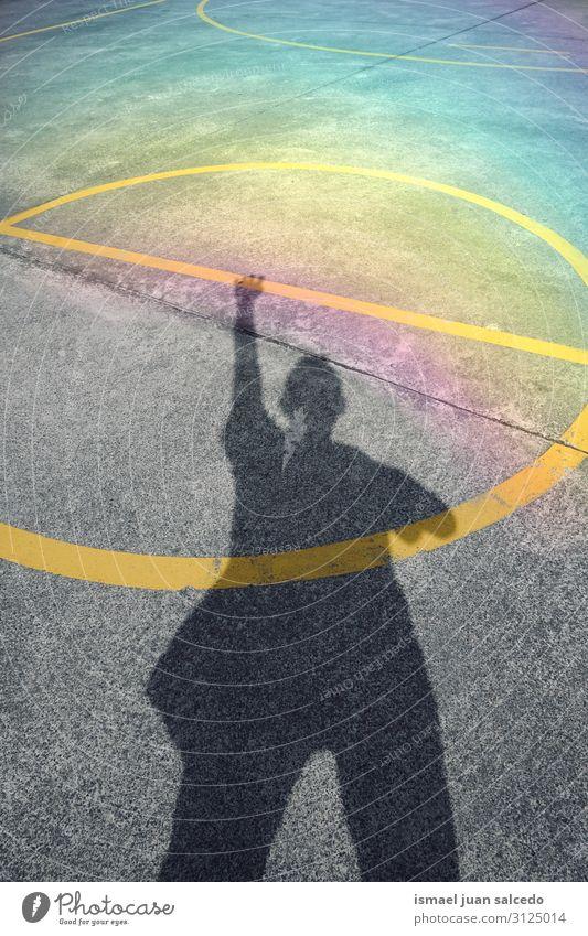 Mann Schatten Silhouette auf dem Fußballplatz Mensch Lichterscheinung Sonne Sonnenlicht Straße Boden Außenaufnahme Großstadt abstrakt sehr wenige