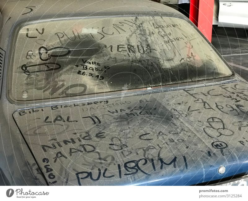 Verstaubter Oldtimer mit Schriftzügen blau Freude Graffiti Kunst Zufriedenheit Freizeit & Hobby PKW retro Schriftzeichen Zeichen Sehenswürdigkeit gut Fahrzeug
